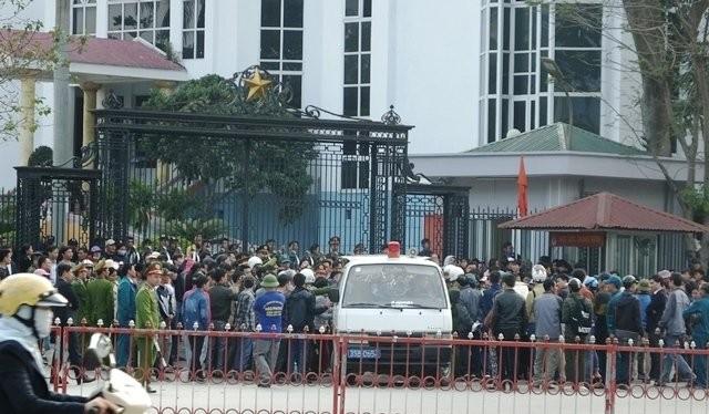 Người dân tụ tập trước trụ sở UBND tỉnh Thanh Hóa yêu cầu FLC trả lại bãi biển mưu sinh.