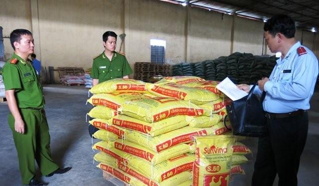 Cơ quan chức năng phát hiện một doanh nghiệp trộn chất cấm vào thức ăn chăn nuôi ở Hải Dương. Ảnh: Bảo Lâm.