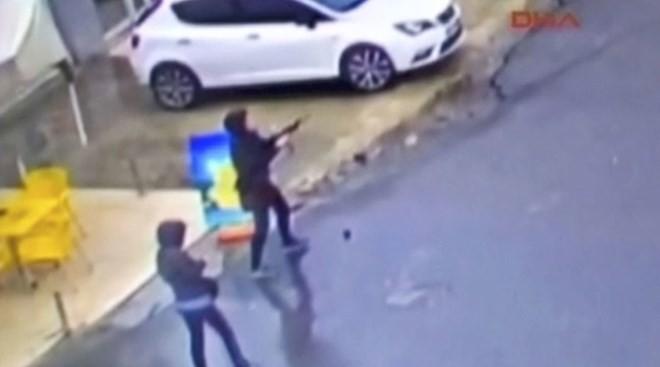 Video ghi cảnh hai phụ nữ xả đạn vào đồn cảnh sát Thổ Nhĩ Kỳ