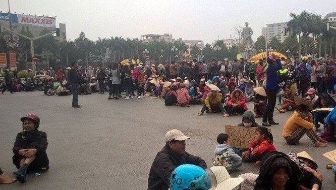 Người dân Sầm Sơn ngồi la liệt giữa ngã tư đại lộ Lê Lợi - Trần Phú (TP Thanh Hóa) để phản đối chính quyền giao đất cho FLC. Ảnh: Nguyễn Dương.