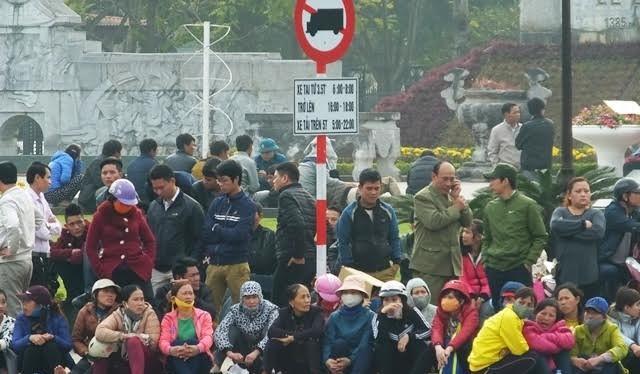 Người dân tụ tập trước cổng UBND tỉnh Thanh Hóa