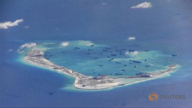 Hình ảnh do hải quân Mỹ cung cấp cho thấy các tàu và phương tiện nạo vét của Trung Quốc đang hoạt động trái phép ở bãi Vành Khăn thuộc quần đảo Trường Sa- Ảnh:Reuters