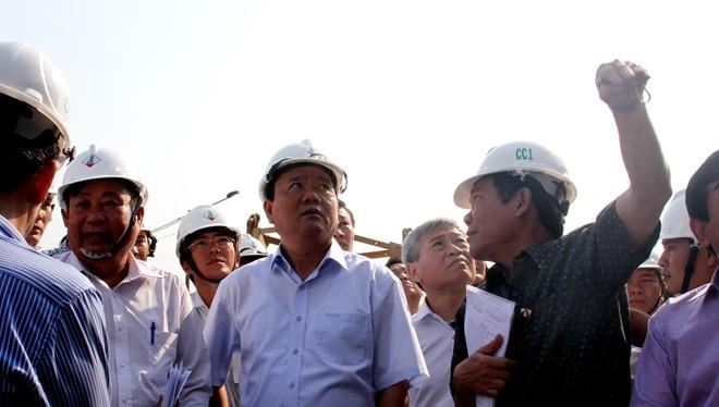 Bí thư Đinh La Thăng trực tiếp thị sát công trường dự án Bệnh viện Nhi đồng sáng 6/3. Ảnh: Hoàng Bình.