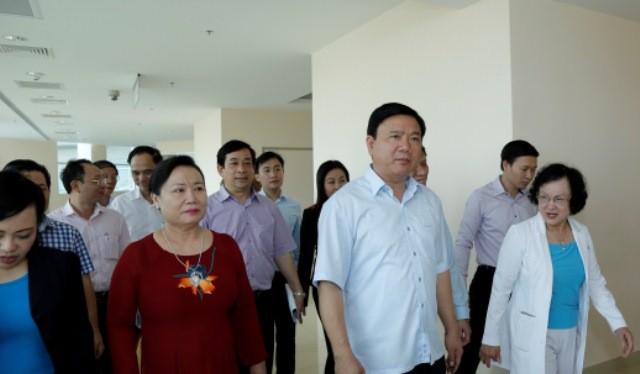 Bà Trần Thị Lâm - Chủ tịch HĐQT Tập đoàn Hoa Lâm đưa Bí thư Đinh La Thăng và Bộ trưởng Nguyễn Thị Kim Tiến đi thăm Khu Y tế kỹ thuật cao HoaLam - Shangri - La