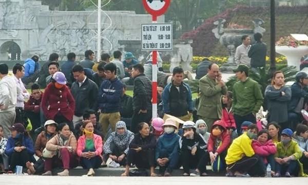 Người dân tụ tập trước cổng UBND tỉnh Thanh Hoá đòi lại một phần bờ biển