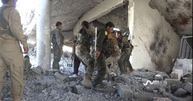 Lực lượng phe nổi dậy Dân chủ Syria kiểm tra tòa nhà sau khi giành quyền kiểm soát khu vực phía Bắc Raqqa từ tay IS.