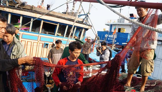 Ngư dân bàng hoàng kể lại chuyện bị tàu Trung Quốc tấn công, cướp tài sản.