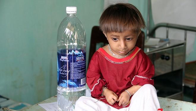 7 tuổi, chiều cao Đinh Văn Rể chỉ nhỉnh hơn chai nước lọc