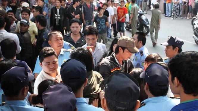 """Hai """"phe"""" tranh chấp quyền kiểm soát cơ sở của trường tại đường Nguyễn Trọng Tuyển, quận Tân Bình năm 2013. Ảnh: Minh Giảng"""
