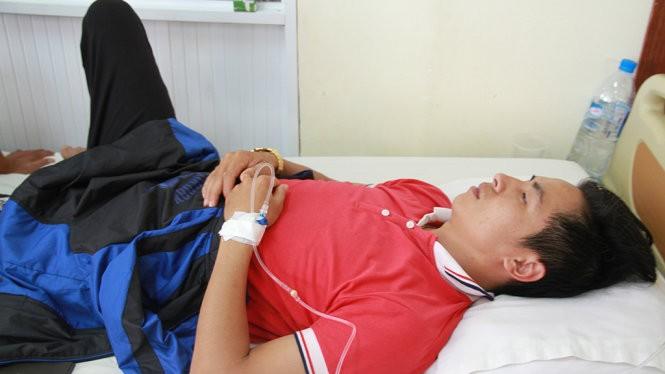 Anh Nguyễn Đức Nam - bảo vệ trường Quang Trung đang điều trị tại Bệnh viện Hoàng Anh Gia Lai - Ảnh: B.D