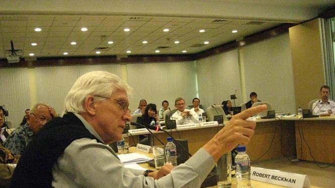 Giáo sư Robert Beckman đấu khẩu với các học giả Trung Quốc về Biển Đông tại Singapore tháng 2.2011 - Ảnh: Thục Minh