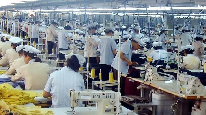 Công nhân làm việc trong Khu công nghiệp chung Kaesong (ảnh: Koogle.tv)