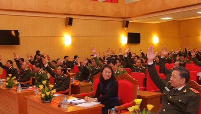 Các đại biểu biểu quyết nhất trí danh sách các đồng chí ứng cử Quốc hội khóa XIV.