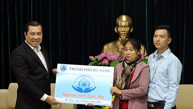Sáng 12/3, Chủ tịch UBND TP Đà Nẵng Huỳnh Đức Thơ đã trao tặng nhà chung cư cho anh Vũ Xuân Khoa, con trai Liệt sĩ Gạc Ma-thuyền trưởng Vũ Phi Trừ. 