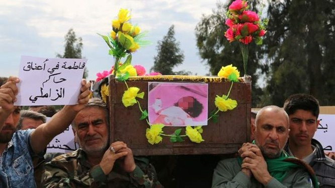 Người dân tổ chức đám ma cho em bé 3 tuổi thiệt mạng trong cuộc tấn công. (Nguồn: news.sky.com)