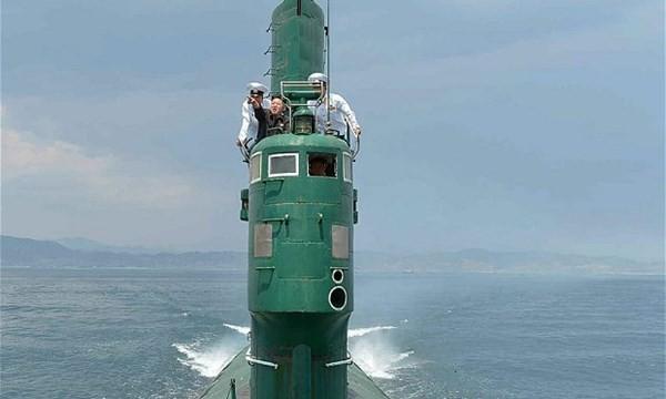 Lãnh đạo Triều Tiên Kim Jong-un thị sát trên một chiếc tàu ngầm.