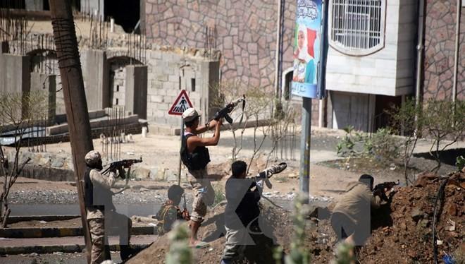 Lực lượng kháng chiến địa phương giao tranh với nhóm phiến quân Houthi tại Taiz ngày 11/3. (Nguồn: AFP/TTXVN)