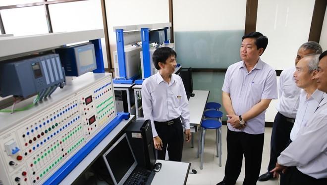 Bí thư Thành ủy TP HCM Đinh La Thăng thăm các phòng kỹ thuật của ĐH Tôn Đức Thắng. Ảnh:Hải An