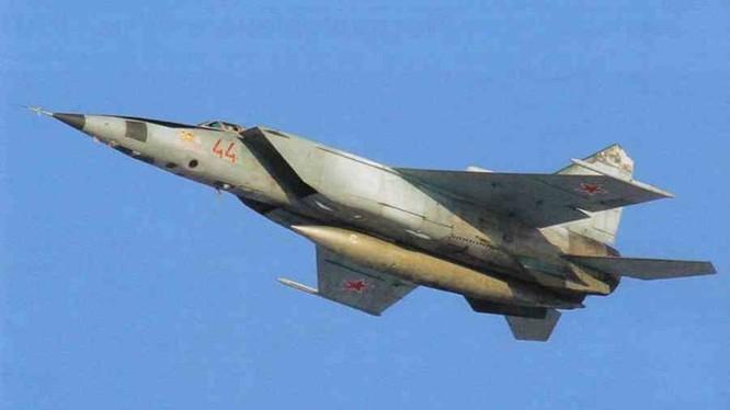 Máy bay MiG-25 của Liên Xô là loại tiêm kích bay nhanh nhất thế giới - Ảnh: vk