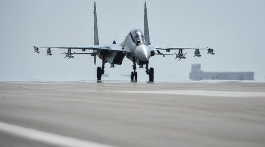 Một chiếc Su-30 SM của Nga chuẩn bị cất cánh tại căn cứ Hmeimim ở tỉnh Latakia - Syria. Ảnh: Sputnik