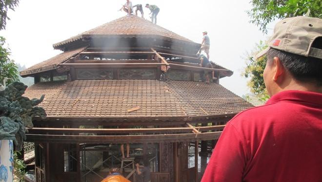 Nhóm thợ mộc vẫn đang gấp rút tháo dỡ căn nhà Bát Gác trong biệt phủ. Ảnh: H.L