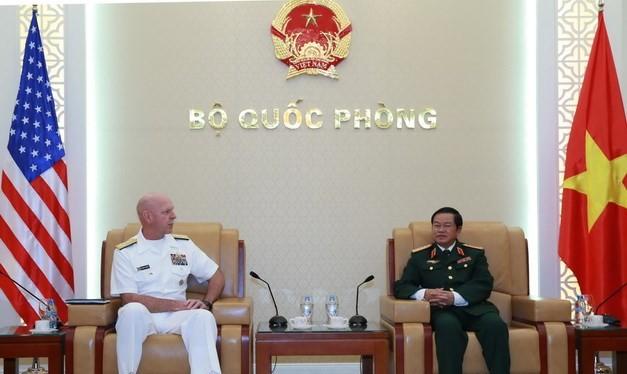 Đại tướng Đỗ Bá Tỵ, Tổng Tham mưu trưởng Quân đội nhân dân Việt Nam tiếp Đô đốc Scott Swift, Tư lệnh Hạm đội Thái Bình Dương. (Ảnh: Hồng Pha/TTXVN)