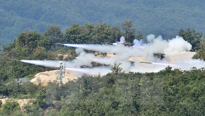 Binh sỹ Hàn Quốc bắn tên lửa trong cuộc tập trận ở Pocheon. (Nguồn: AFP/TTXVN)