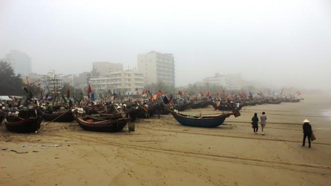 Bến neo đậu tàu thuyền của bà con ngư dân Sầm Sơn ở dưới chân đền Độc Cước (Ảnh: P.Tuấn)