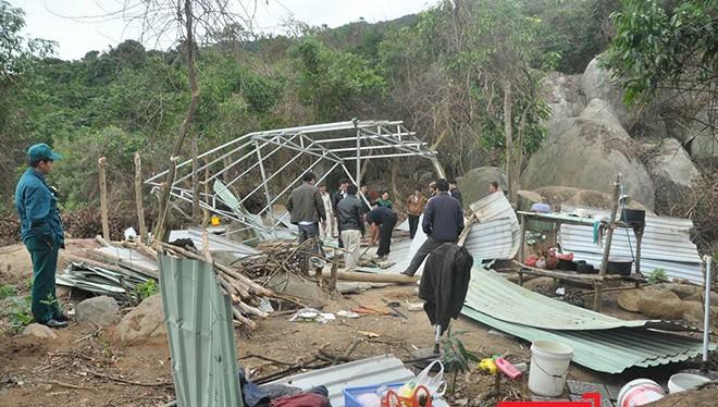 Lực lượng chức năng tháo dỡ lán trại xây dựng trái phép tại khu bảo tồn thiên nhiên Sơn Trà
