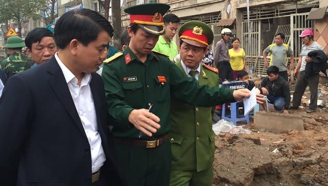 Chủ tịch UBND TP Hà Nội Nguyễn Đức Chung đến hiện trường và chỉ đạo các biện pháp phải thực hiện khẩn trương. Ảnh: Minh Quang