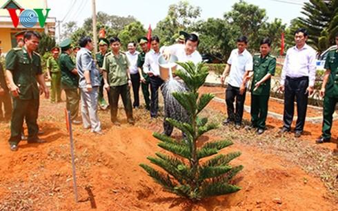 Chủ tịch nước Trương Tấn Sang trồng cây lưu niệm tại đồn biên phòng Đắc Song, tỉnh Đắk Nông. Ảnh: VOV