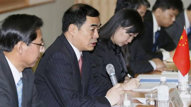 Trợ lý ngoại trưởng Trung Quốc - ông Khổng Huyễn Hựu trong cuộc gặp với thứ trưởng ngoại giao Nhật Bản Shinsuke Sugiyama ngày 29-2 - Ảnh: Kyodo News