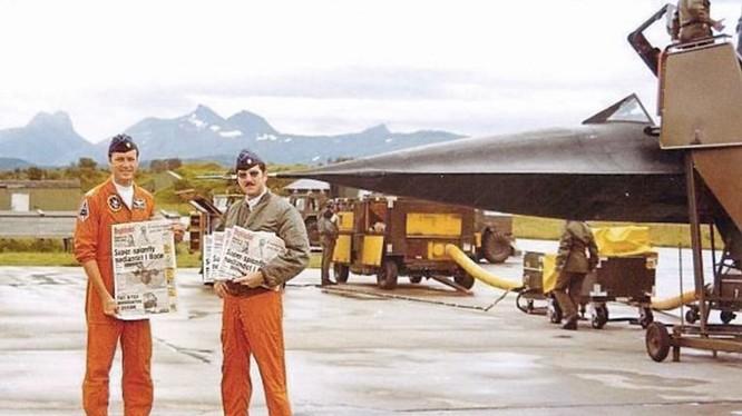 Phi công BC Thomas và sĩ quan Jay Reid cùng xấp báo của Na Uy viết về vụ máy bay SR-71 hạ cánh xuống Bodø, ngày 15.8.1981 - Ảnh: BC Thomas/FoxtrotAlpha