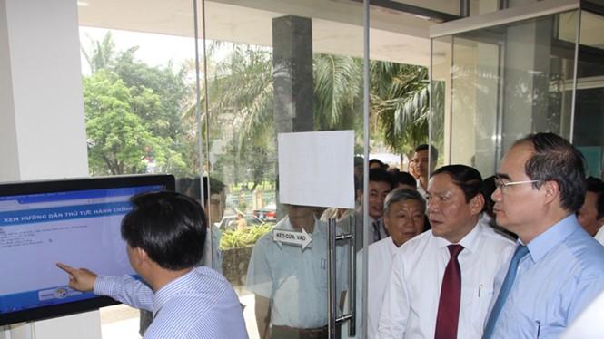 Ông Nguyễn Thiện Nhân tham quan khu vực máy chấm điểm cán bộ tại Văn phòng một cửa TP.Đông Hà (Quảng Trị) - Ảnh: Nguyễn Phúc
