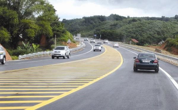 Theo các chuyên gia kinh tế, suất đầu tư đường cao tốc ở Việt Nam quá cao, cao hơn cả suất đầu tư đường cao tốc ở Mỹ. Trong ảnh: Cao tốc Nội Bài - Lào Cai. Ảnh: MINH KHUÊ