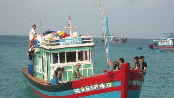 Đài Thông tin duyên hải tiếp tục theo dõi thông tin về ngư dân bị nạn trên tàu cá QNg 92799.