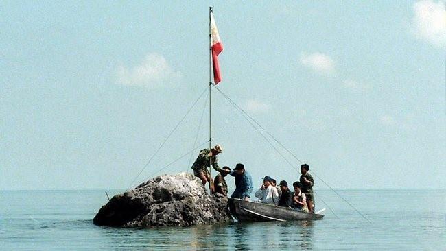 Ngư dân Philippines cắm cờ trên bãi cạn Scarborough. Ảnh: news.com.au