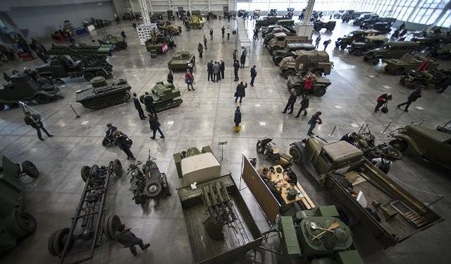 Trung tâm triển lãm quốc tế Crocus Expo tại Moskva tràn ngập những mẫu tăng, mẫu xe cổ trong Thế chiến thứ II.