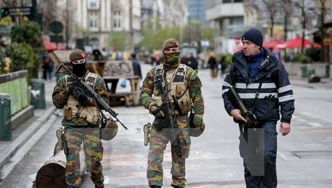 Binh sỹ và cảnh sát Bỉ tuần tra trên đường phố trung tâm thủ đô Brussels. (Nguồn: THX/TTXVN)