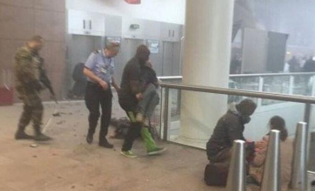 Hiện trường vụ đánh bom ở sân bay. (Nguồn: mirror)