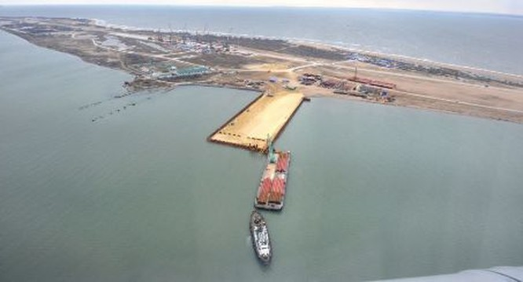"""Tàu hàng """"Lira"""", thuộc sở hữu của công ty Turkuaz Shihhing Corp đã đâm vào cây cầu bắc qua đang được xây dựng trên eo biển Kerch của Crimea, nối liền với bán đảo Taman của Nga."""