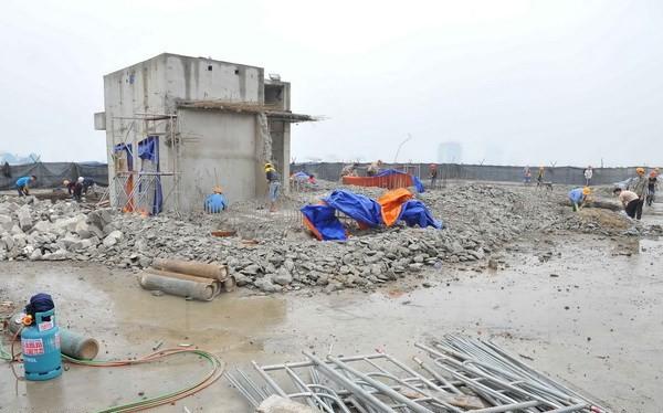 Thực hiện phá dỡ phần công trình xây dựng sai phạm tại tòa nhà 8B Lê Trực. (Ảnh: Minh Đức/TTXVN)