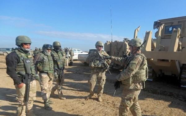 Lính Mỹ đào tạo cho binh sỹ Lữ đoàn 72 của Iraq trong một cuộc tập trận bắn đạn thật ở Basmaya, phía Đông Nam thủ đô Baghdad, hồi tháng 1/2016. (Nguồn: AFP)