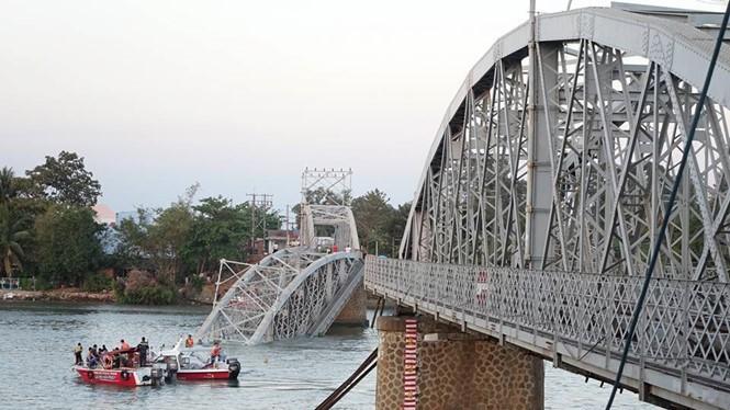 Cầu Ghềnh bị sập sau cú đâm của sà lan - Ảnh: Bạch Dương