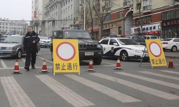 Xe công an chặn đường cuộc biểu tình của thợ than ở Song Nga Sơn