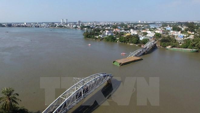 Hiện trường vụ sập cầu Ghềnh nhìn từ trên cao. (Ảnh: Mạnh Linh/TTXVN)