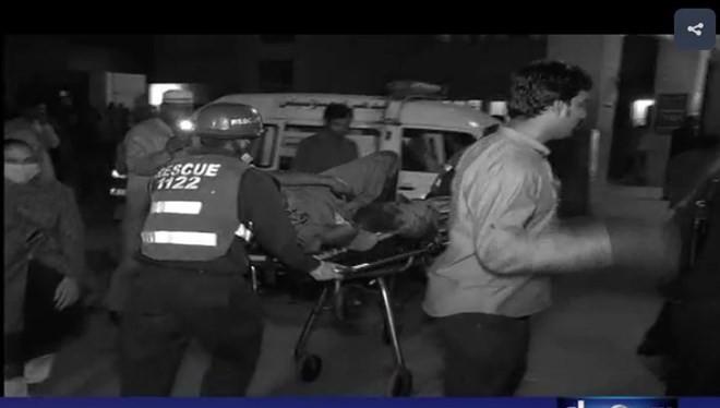 Lực lượng cứu hộ vận chuyển người bị thương khỏi hiện trường vụ nổ. (Nguồn: samaa.tv)