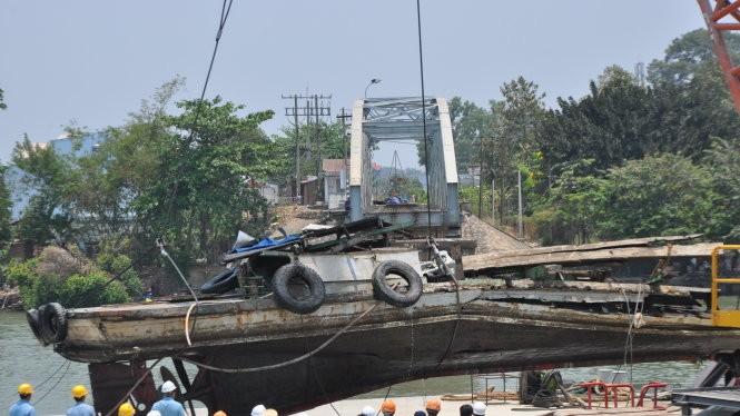 Chiếc tàu đẩy đang được đưa lên khỏi mặt nước - Ảnh: Đức Trong