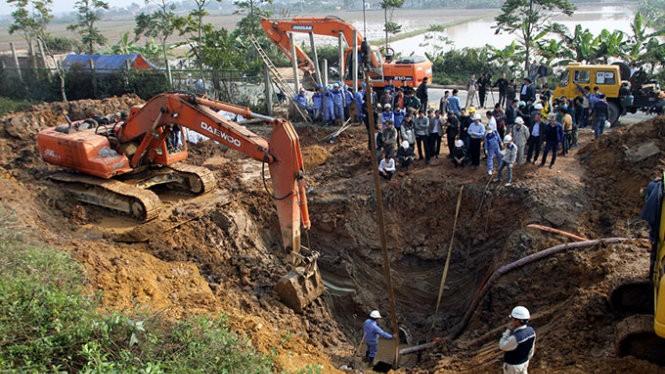 Khắc phục đường ống nước sông Đà bị vỡ đoạn km21+400 trên đại lộ Thăng Long qua huyện Quốc Oai, Hà Nội - Ảnh: Tuấn Anh