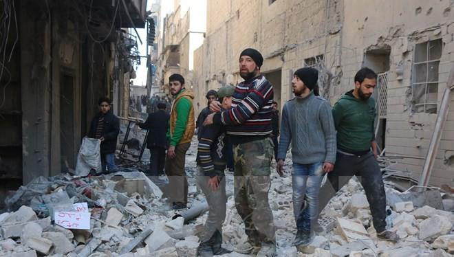 Người dân Syria tại một thị trấn từng bị Mặt trận Al-Nusra chiếm đóng. (Nguồn: AFP/TTXVN)